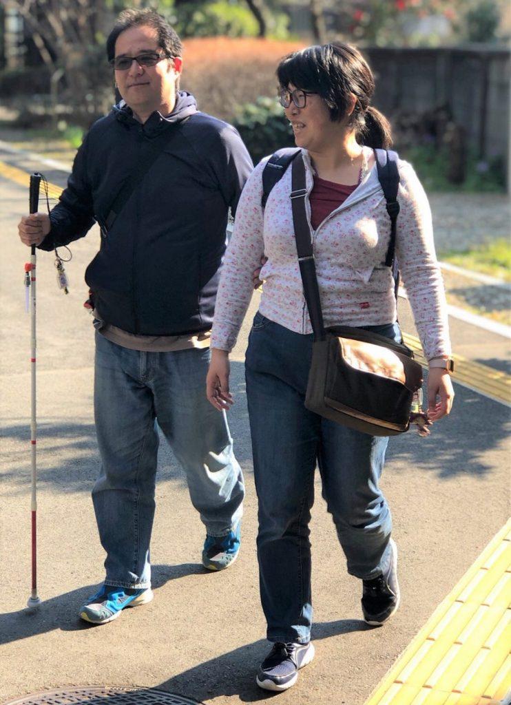 視覚障害者(彼の渡辺敏之さん)と歩行する下田ゆかりさん