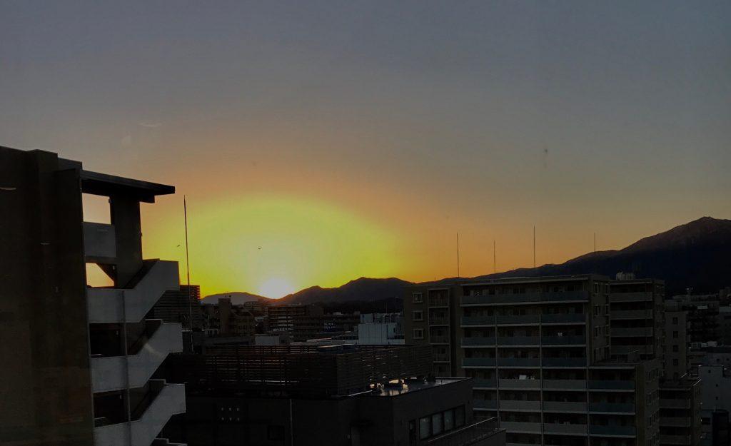 夕日が沈んでいる画像