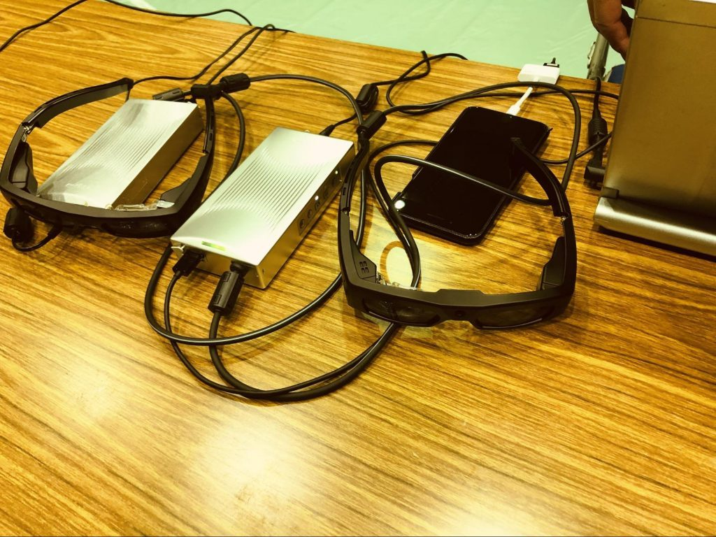 QDレーザの眼鏡が3個机の上の置かれている画像