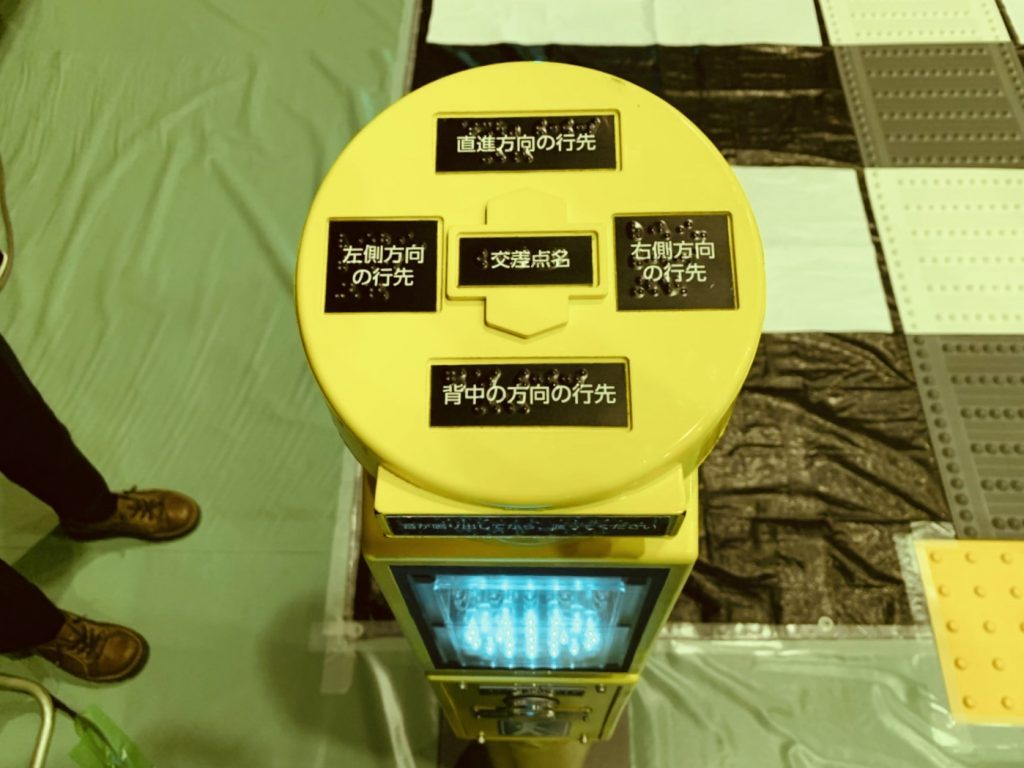 胸の高さくらいのポール型信号機の画像