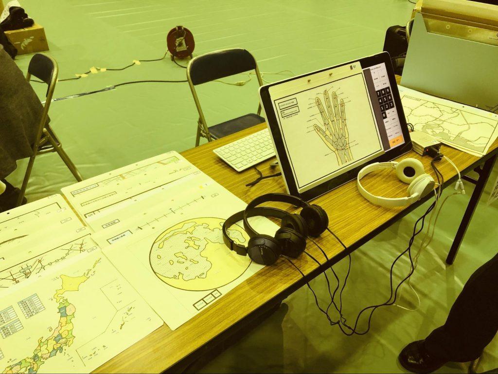 机の上にヘッドホンやデモ機が置かれている画像