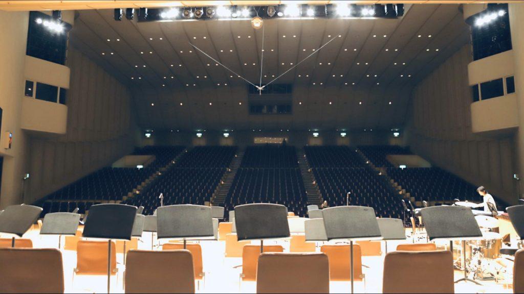 ステージの上に照明が降り注いでいる画像