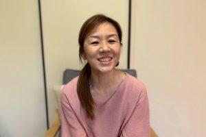 笑顔でインタビューに答える小林さん