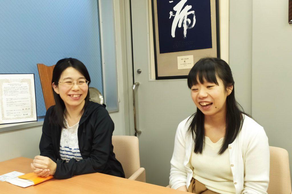 会議室で笑顔で話をする近藤瞳さん(左)と上田喬子さん