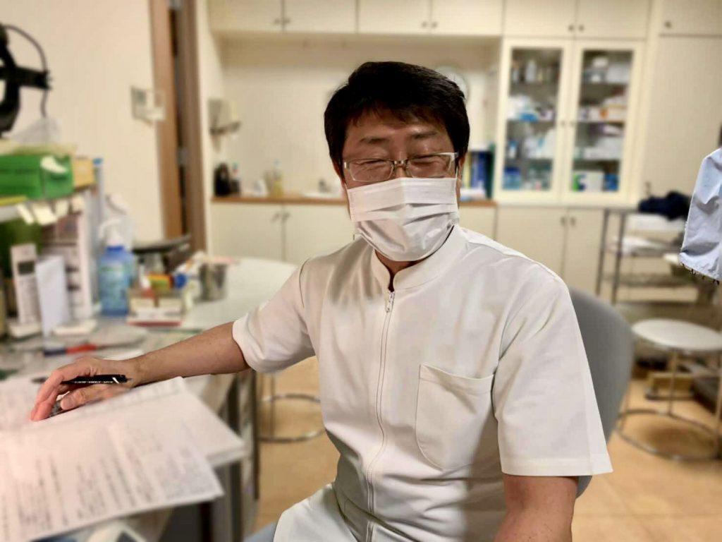 前田先生が診察室で笑顔で座っている画像