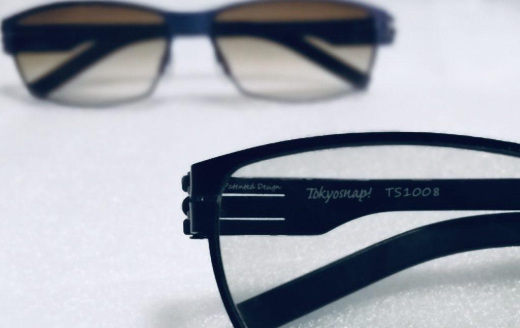 机の上に遮光眼鏡を2個置いている画像