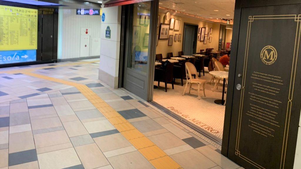 通路の脇で、カフェの入口がオープンになっている画像。