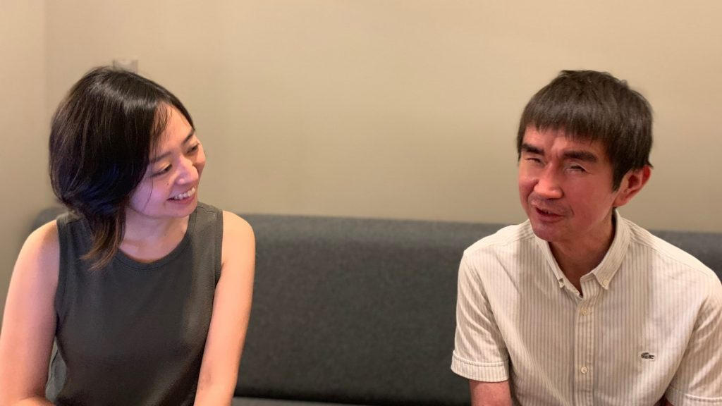 広報の脇本さんと瀬戸さんが談笑している画像。
