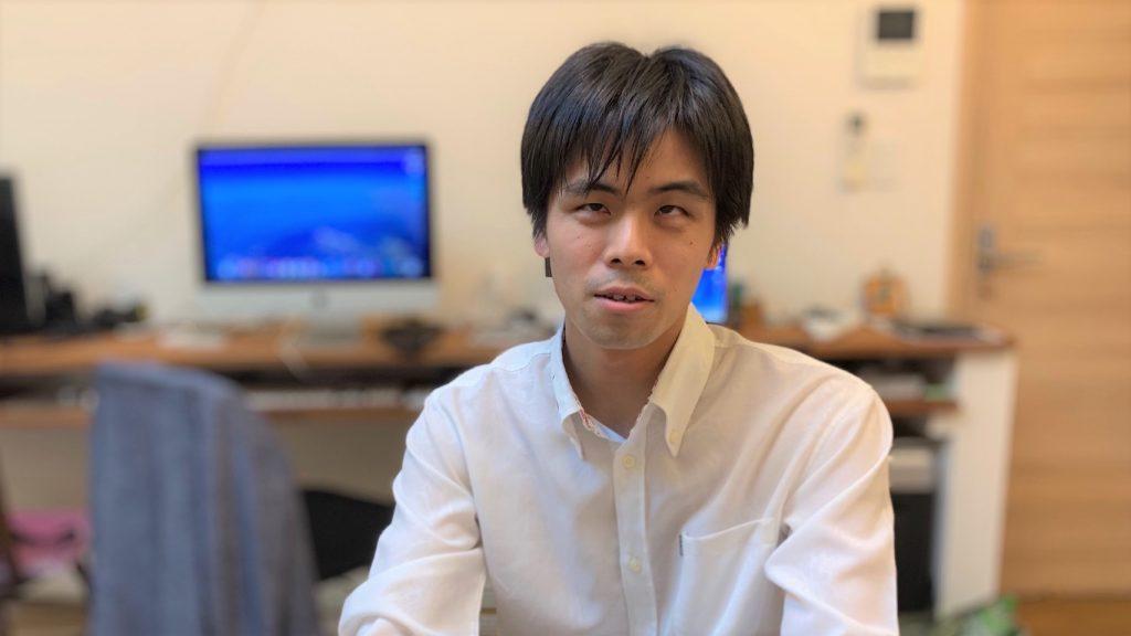 安藤さんが真面目な表情で話をしている画像