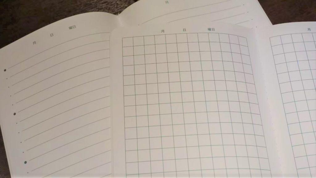きみのてを開いて、マス目と横線のノートの様子が分かるように撮影した画像。