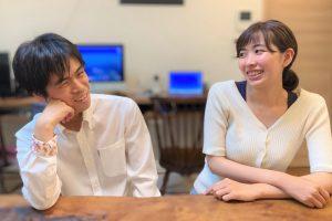 安藤さんと浅野さんが向き合って笑顔で話をしている画像。