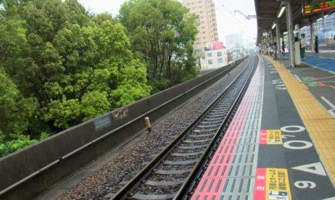 ホームドアがない駅のホームを撮影した画像。