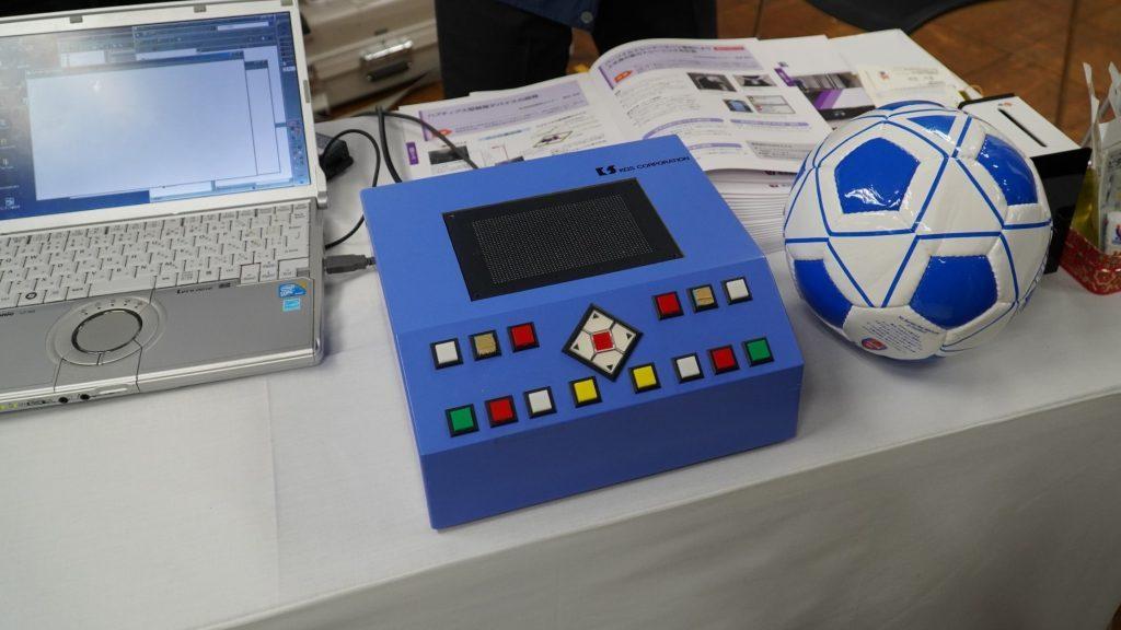 点図ピンディスプレイとブラインドサッカーのボールが並べて置かれている画像。