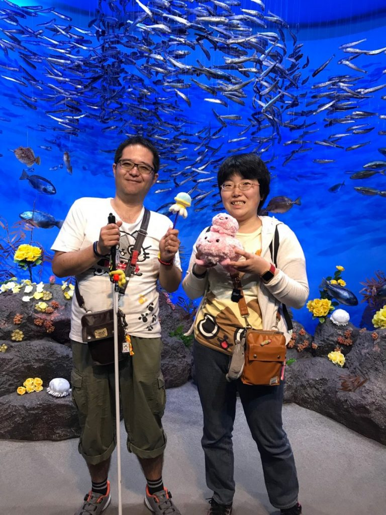 水族館で彼と一緒に記念撮影をする下田ゆかりさん