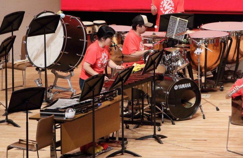 吹奏楽の演奏会で打楽器を演奏する下田ゆかりさん