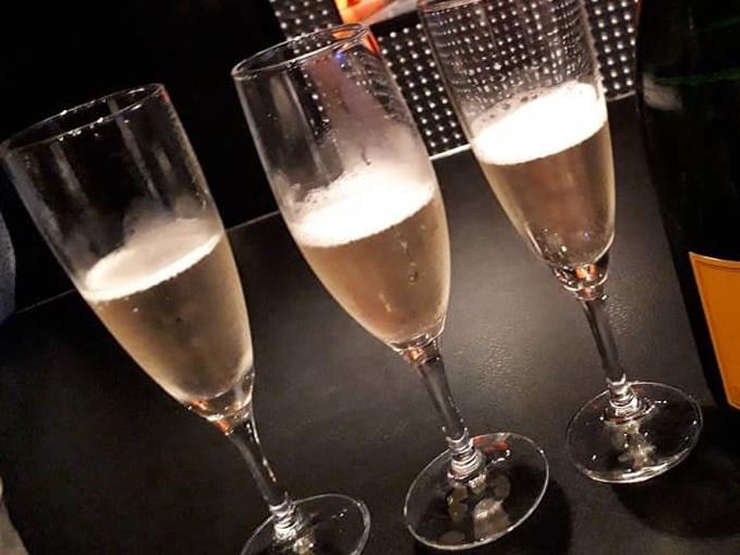バーでシャンパンが入ったグラスが3つ並んでいる画像
