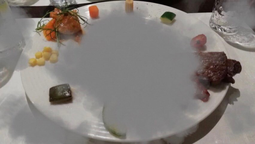お皿の真ん中が見えずに周りの料理が見えている画像。
