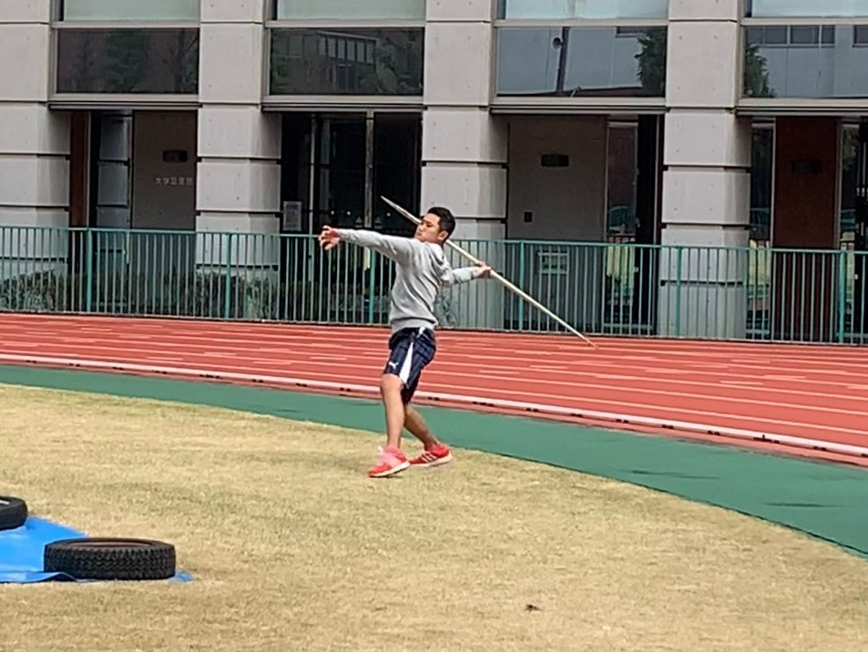 陸上競技場でフォームを確認しながら練習する若生くん