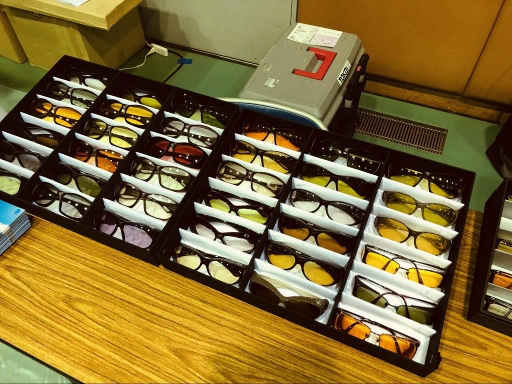 多くの遮光眼鏡が箱に入っている画像