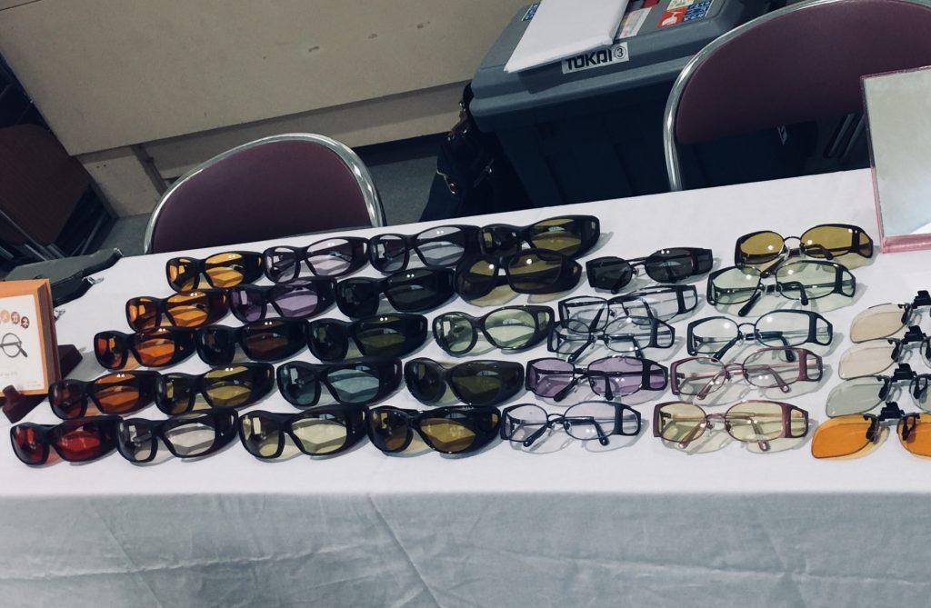 机の上に様々な遮光眼鏡が並べられている画像