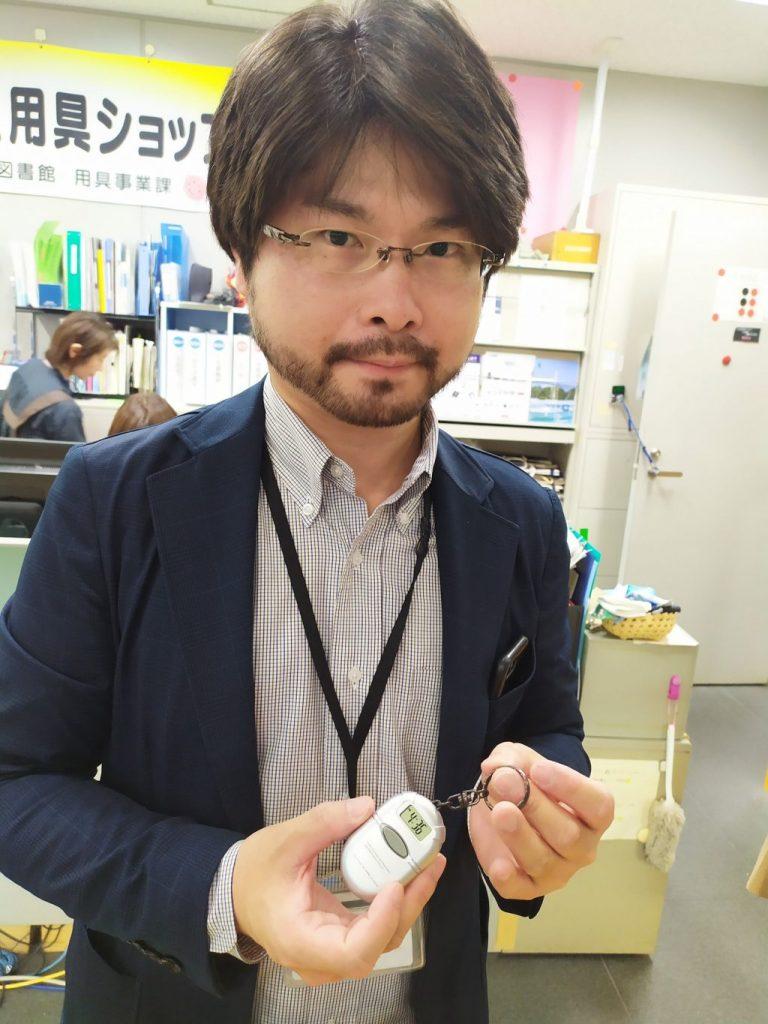 音声時計(キーホルダー型)を手に持つ澤村潤一郎さん