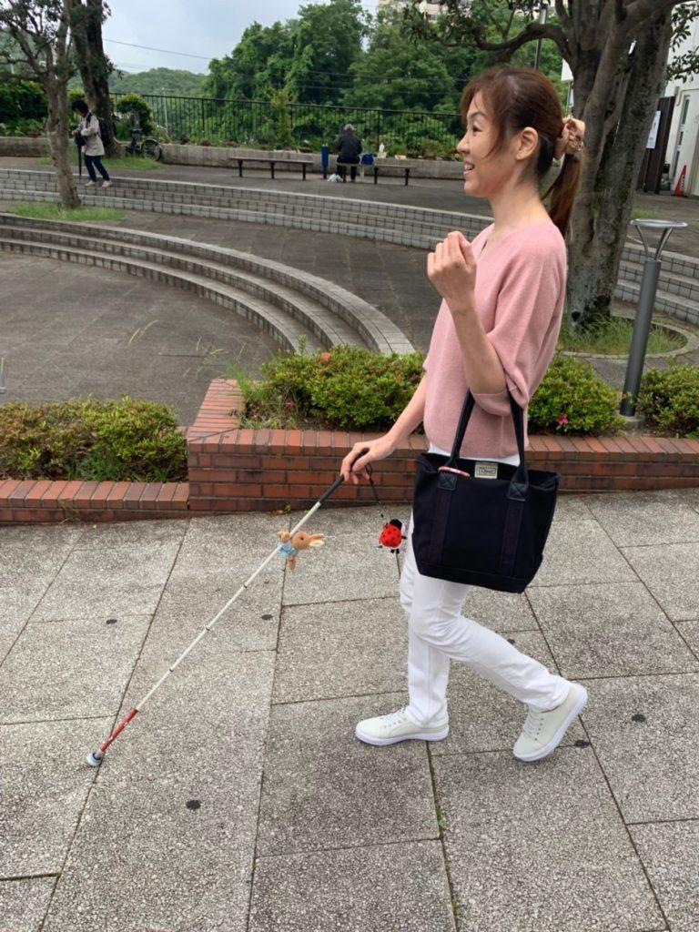 白杖を使って歩く小林さん