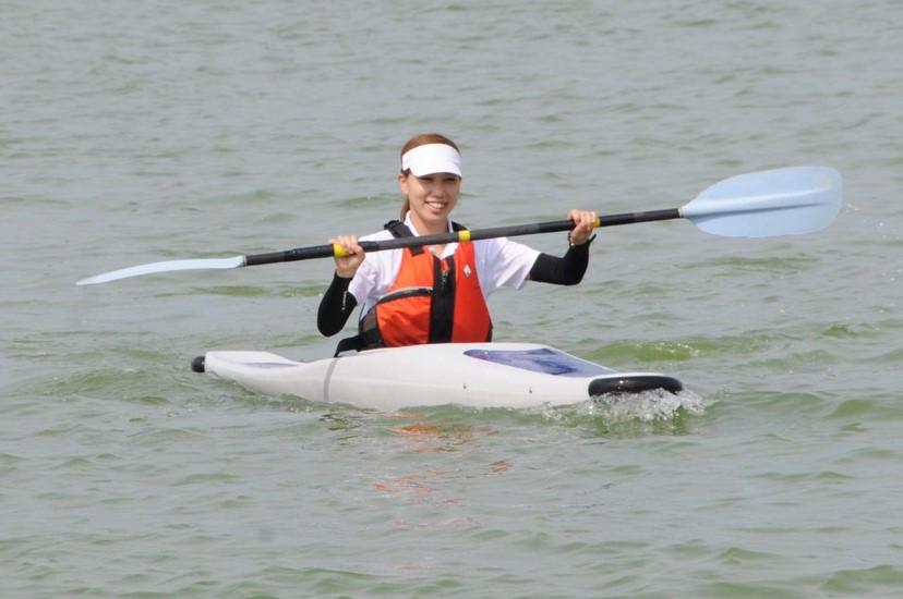 1人用のカヌーに乗っている中野さんの画像