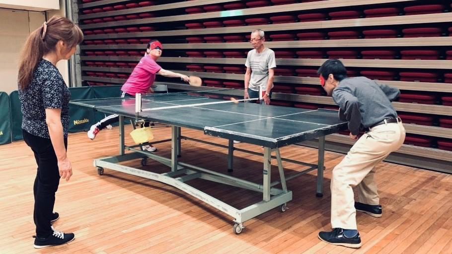 視覚障害者の選手同士がラリーをしている画像