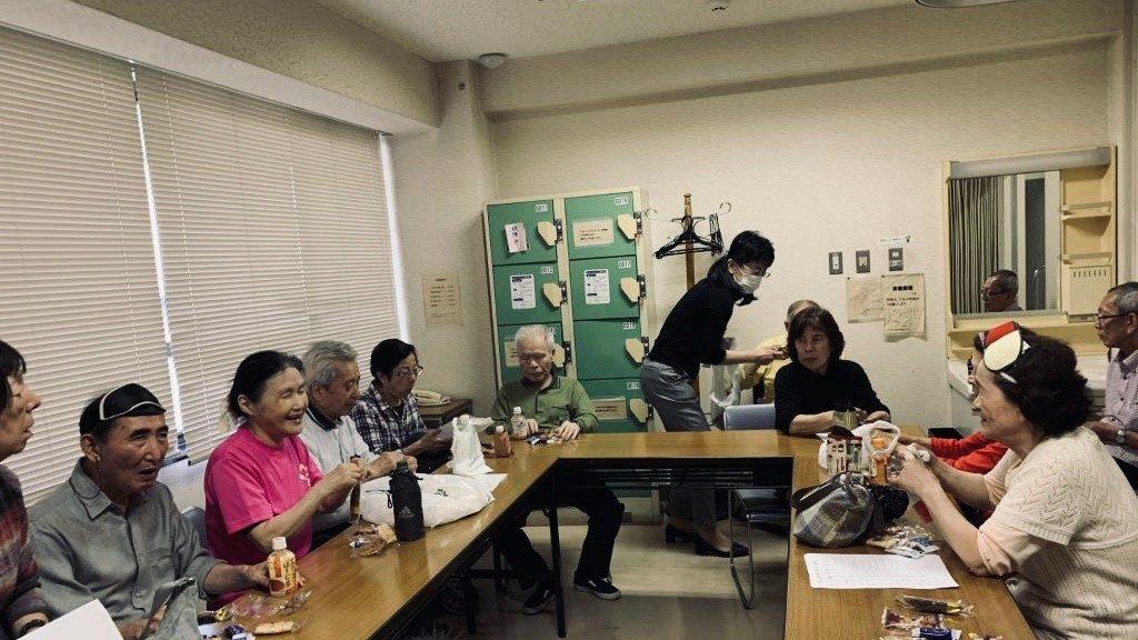 会議室で参加者が机に座ってお話をしている画像