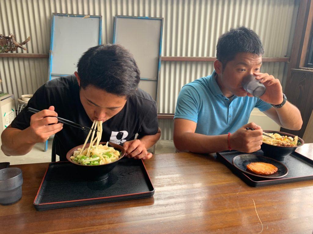 うどん屋で若生くんと田中さんがうどんを食べている画像