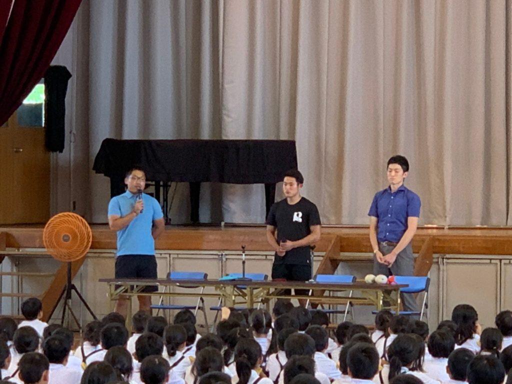 全校生を前に、田中さんがお話をしている画像