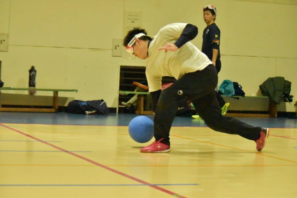 山口りょうがくんがゴールボールで投球する瞬間を横から撮影した画像