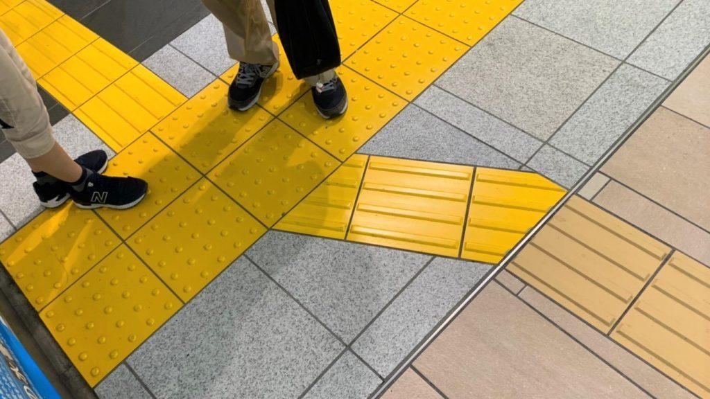 点字ブロックが斜め45度に曲がり、すぐに真っ直ぐに戻っている画像。