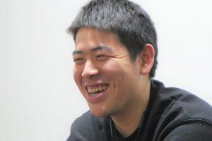 対面で話をしている山口さんをアップで撮影した画像。