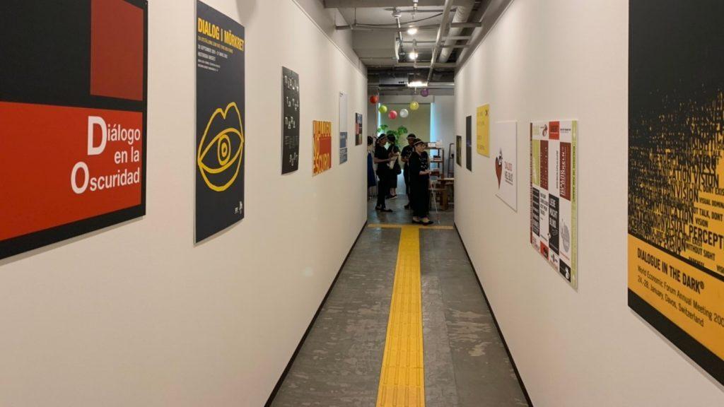 会場の入口通路を撮影した画像。左右に、パネルが掲示されている。