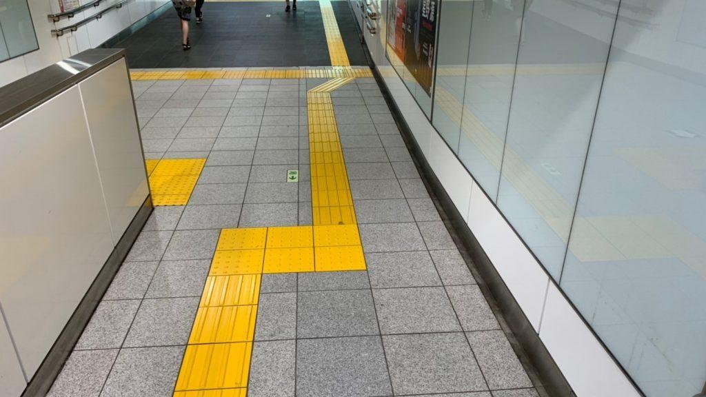駅構内の通路に点字ブロックが敷設されている画像