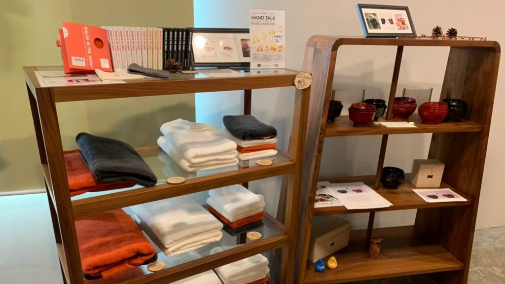 会場の中で、商品を並べている棚を撮影した画像。
