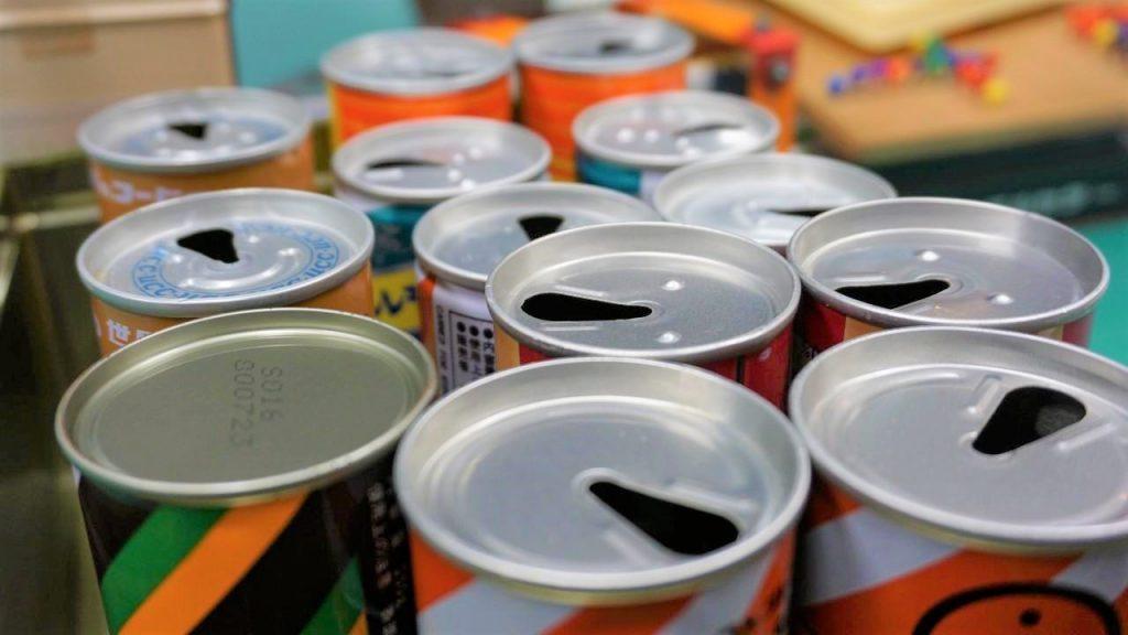 たくさんの空き缶が並んでいる画像