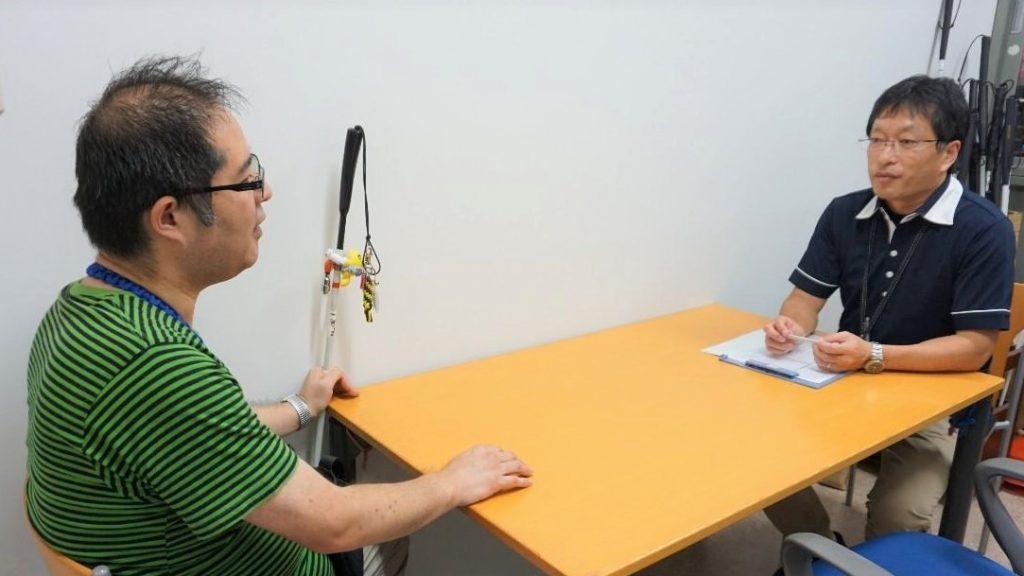 佐藤訓練士と渡辺が対面で話をしている画像。