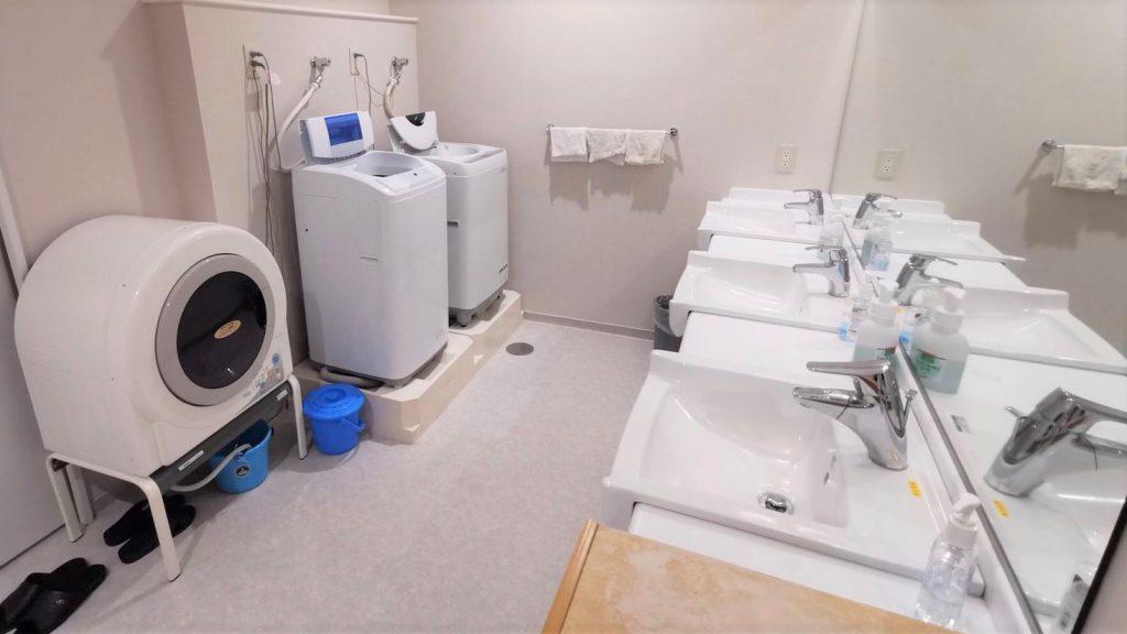 洗濯機と乾燥機と洗面台が並んでいる画像