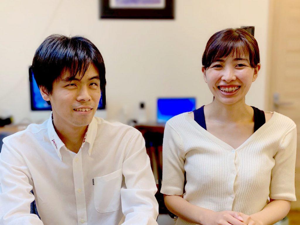 安藤さんと浅野さんが正面を向いて2人で並んでいる画像。