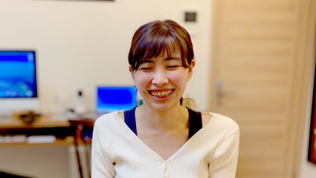 浅野さんが笑顔で話をしている画像。