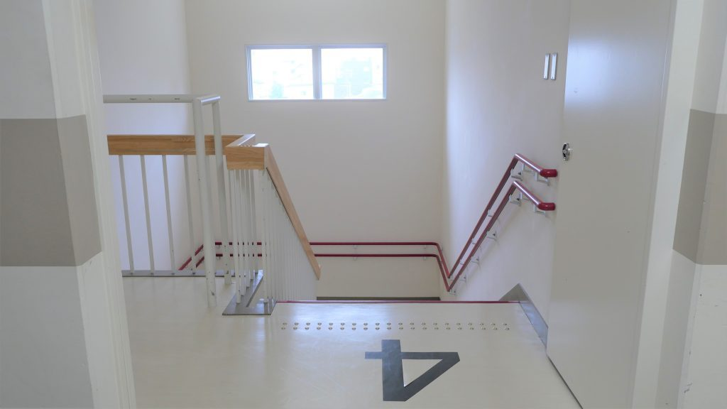 校内の廊下と階段を撮影した画像