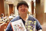 伊敷さんが、きみのてを持っている笑顔で写っている画像。