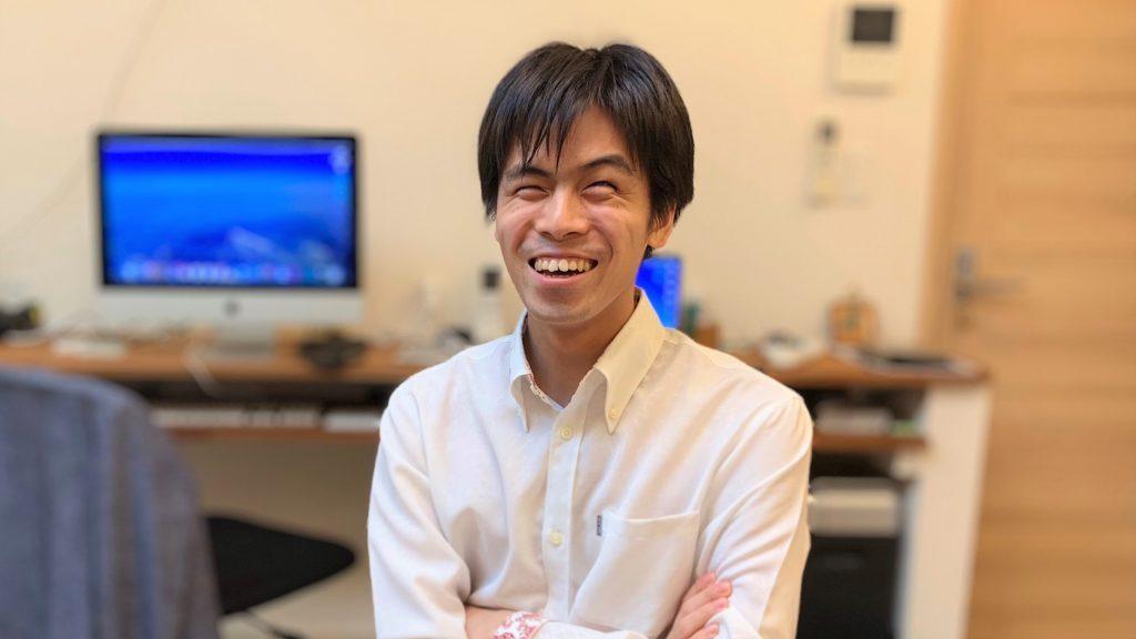 安藤さんが笑顔で話をしている画像。