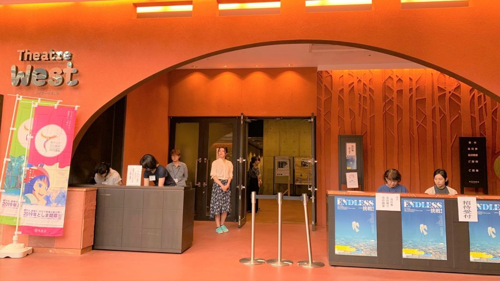 東京芸術劇場のシアターウエストでスタッフが受付をしている画像。