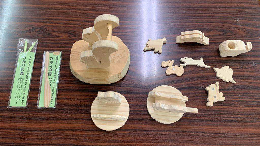 木工制作でできた製品を並べて撮影した画像。