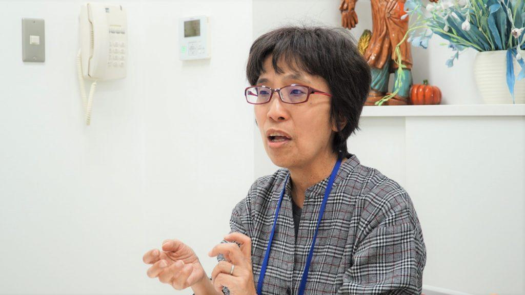 図書貸出担当の岩渕さんがジェスチャーを交えながら話をしている画像。