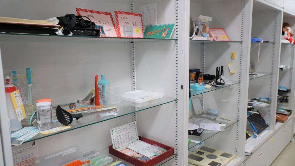 たくさんの製品が棚に並べられている画像。