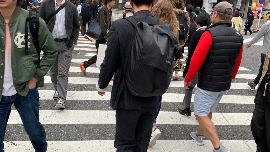 交差点を大勢の人が行き交う画像。